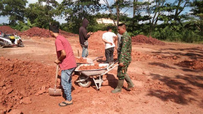 Babinsa Koramil 05/Muara Jawa Bersama Masyarakat Bergotong Royong Timbun Jalan Berlubang/theeast.co.id