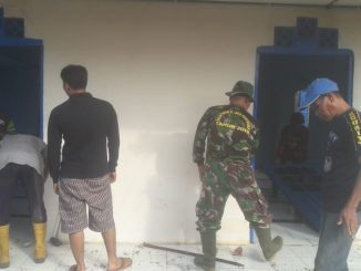 Babinsa Koramil Waru Melaksanakan Gotong Royong Bersama Warga /theeast.co.id