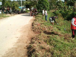 Babinsa Koramil 05/Mura Jawa Gotong-Royong Bersihkan Parit Bersama Masyarakat/theeast.co.id