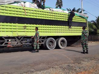 Satgas Pamtas RI-Malaysia Yonif Raider 600/Modang Amankan Truk Bermuatan Ilegal/theeast.co.id