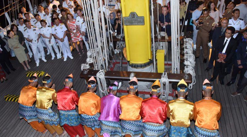 Taruna AAL Tunjukan Tarian Indonesia Dengan KRI Bima Suci Di Korea/theeast.co.id