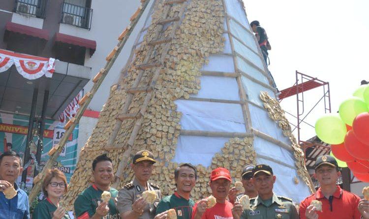 "Gandeng TNI, Hotel Meotel Purwokerto Pecahkan Rekor Dunia ""Tumpeng Mendoan""/theeast.co.id"