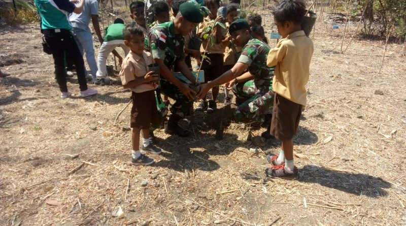 Turut Lestarikan Alam, Satgas Yonif R 142 Tanam Ratusan Pohon di Atapupu/theeast.co.id