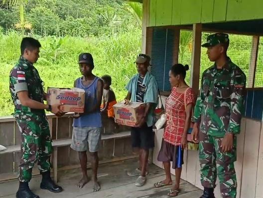 Peduli Kesejahteraan Papua, Satgas Pamtas Yonif R 300 Bagikan Sembako dan Alat Olah Raga/theeast.co.id