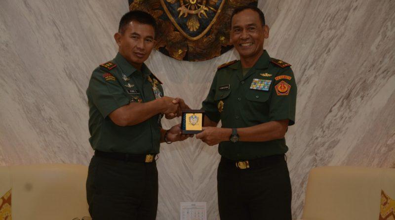 Songsong Satgas ke Luar Negeri, Komandan PMPP TNI Kunjungi Yonzipur 18/YKR dan Makodam IX/Udayana/theeast.co.id