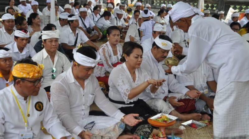 Bupati Eka laksanakan Bhakti Penganyar di Pura Punduk Dawa/theeast.co.id