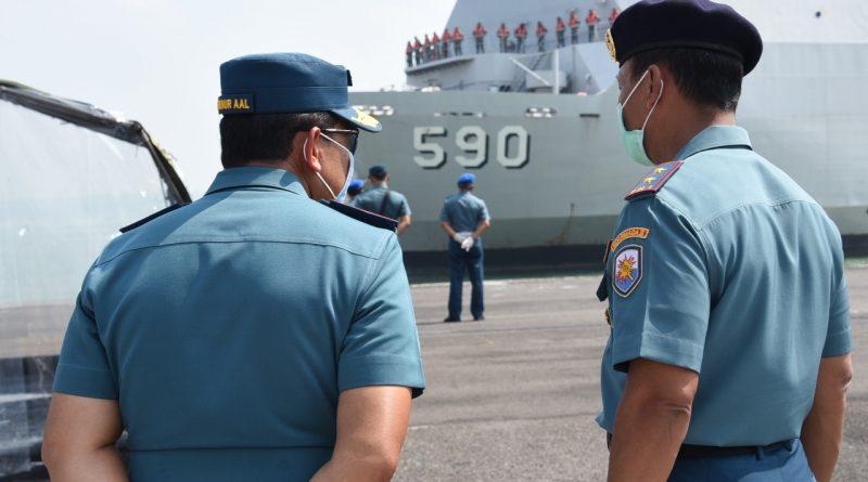 KRI Makassar-590 Tiba, Gubernur AAL Sambut 115 Taruna AAL Tingkat l Selesai Lattek Pra Jalasesya/theeast.co.id
