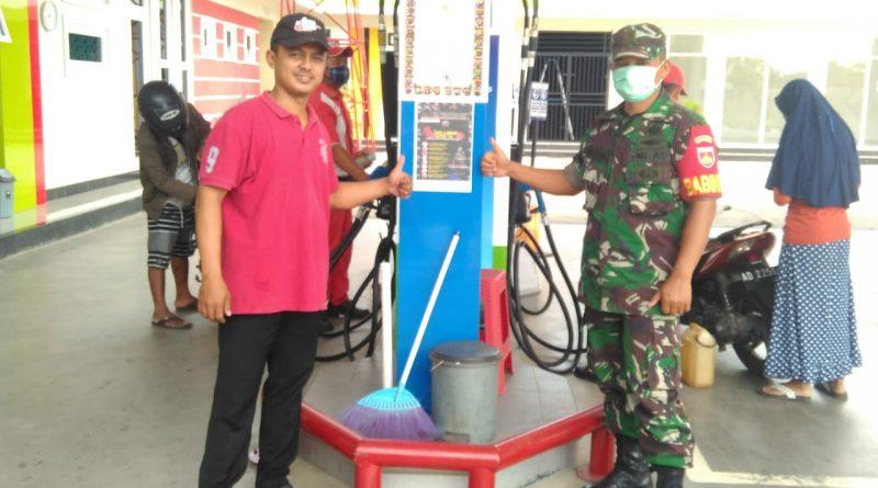Himbauan Penceganan Corona, Babinsa Glonggong Pasang Pamflet/theeast.co.id