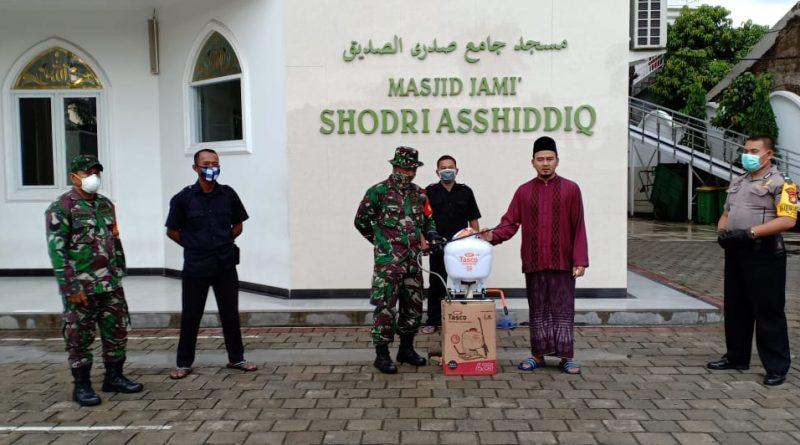 Babinsa Cakung Salurkan Bantuan Alat Semprot Disinfektan ke Ponpes Assidigiyah/theeast.co.id
