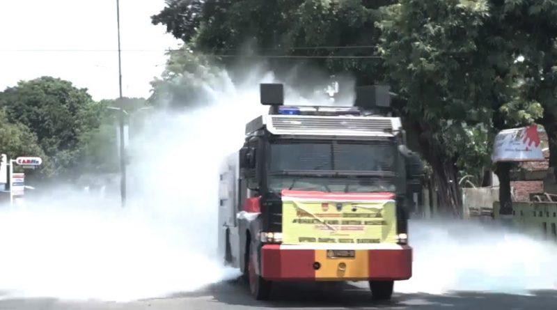 Cegah Covid-19, DPRD bersinergi Dengan Polres dan Kodim Batang Lakukan Penyemprotan Gunakan Water Cannon/theeast.co.id