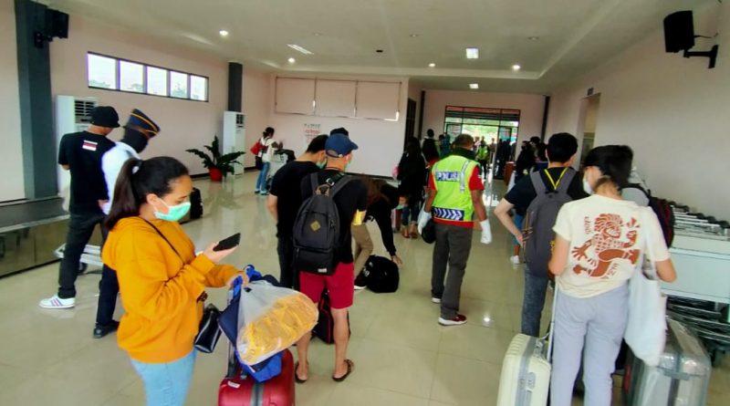 Petugas Lakukan Pengecekan Data dan Kesehatan Penumpang di Bandara A.A Bere Tallo Atambua/theeast.co.id