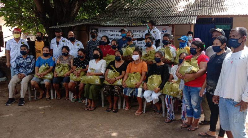 Perhimpunan Jurnalis (Pena) NTT Bali Salurkan Paket Sembako ke Warga Kampung Flores di Tanjung Benoa Bali/theeast.co.id