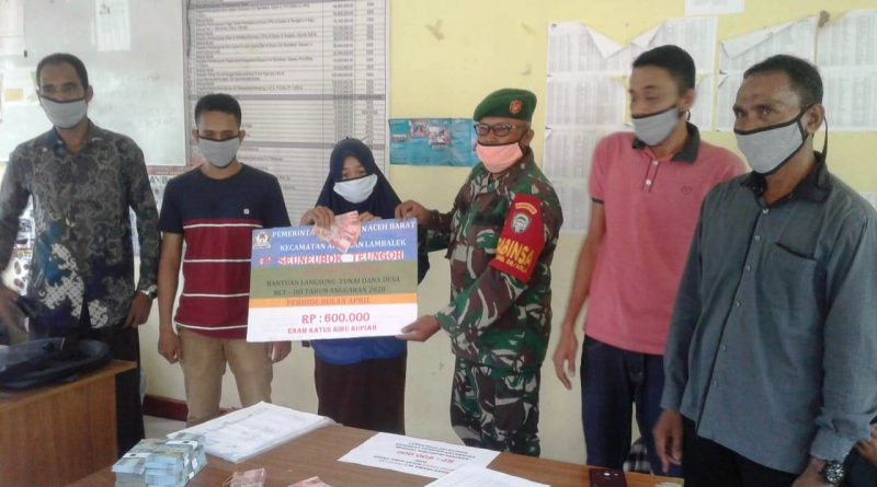 Babinsa Arongan Dampingi Kepala Desa Bagikan BLT/theeast.co.id