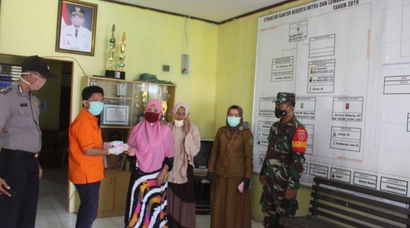 Berpartisipasi Membantu Program Pemerintah, Babinsa dan Bhabinkantibmas Penajam Dampingi Pemberian BST Ke Warga/theeast.co.id