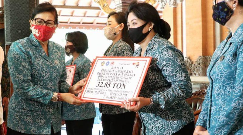 Ny Putri Koster Serahkan Bantuan 410,9 Ton Beras dan 90.000 Masker Kain/theeast.co.id