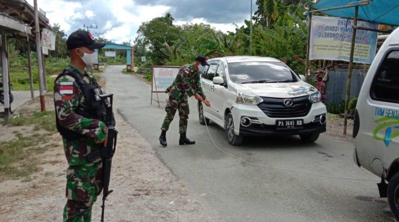 Bersama Tim Covid-19 Satgas Raider 300 Adakan Penyemprotan Keluar Masuk Kendaraan/theeast.co.id