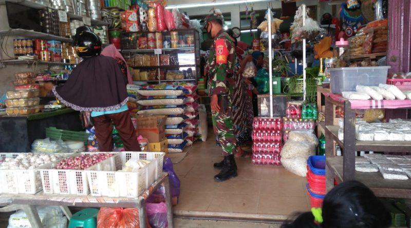 Giliran Babinsa Koramil Sepaku Sidak Pasar Tradisional di Sukaraja/theeast.co.id
