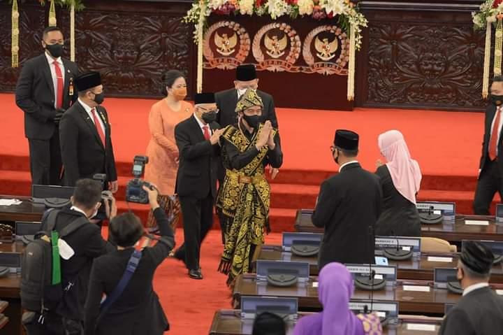 Sebelum Tutup Sidang, Puan Puji Baju Adat Jokowi, Puan Maharani: Terima Kasih Pak Presiden /theeast.co.id
