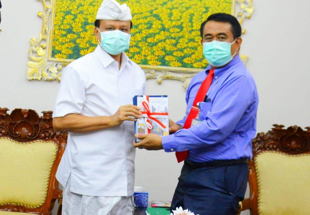 Sekda Bali Apresiasi Buku Pedoman Pencegahan Covid-19 Berbasis Desa dari FK Unud sebagai 'Kado' Hari Jadi Pemprov Bali ke 62/theeast.co.id