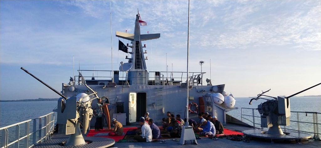 Prajurit KRI Karang Pilang-981, Laksanakan Sholat Idul Adha 1441 H di Medan Operasi/theeast.co.id