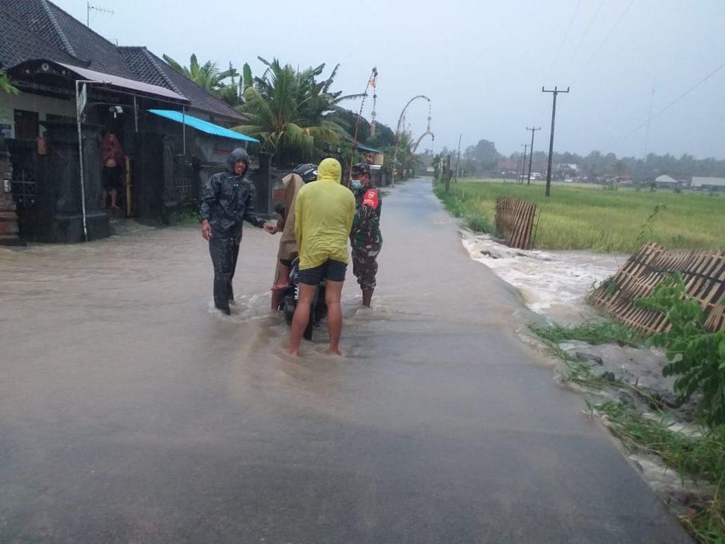 Aparat TNI Bantu Warga Terjebak Banjir/theeast.co.id